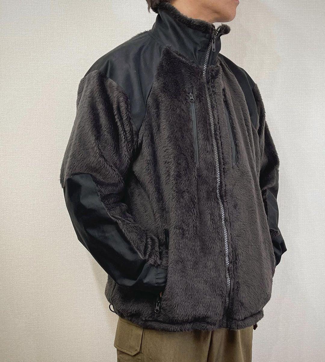 COLINA 2021AW high loft fleece GEN Ⅲ jacket ver2021 black polyester 100% 2020AWでリリースした high loft fleeceを使用した GENⅢ jacketをアップグレードして 今年もリリース予定です。 生地は、もっと保温力の高いヘビーなタイプを使ってみようかと迷ったのですが、 重さが気になったのと、保温力がありすぎると着れるシーズンやシーンがより限定的になってしまうので、あえてデザインとサイズを微調整してリリースするのが一番良いかなって思って、着丈や袖丈を少し長くして胸ポケットを左右に配置する事で収納力と防風性を少しアップした形でリリース致します。 ハイロフトフリースは、このブランドを始める前から、かれこれ20年近くPatagoniaのR2からR4まで散々お世話になっていて、秋冬のデイリーなワードローブとしては欠かしたことがない素材だったので、とても思い入れがある素材で私にとっては欠かせない素材の一つです。最近は、wool sweatを素肌に着て この、COLINAのGENⅢ jacketと、アウターだけで一週間の半分くらいは過ごしています。 保温力があるけど、風通しも良くて群れにくいので、オフィスでも通勤でもスポーツする時でも変わらずにこのスタイルでいけちゃうところが、とても気に入っています。 2020AWの販売も、リリースしてかなり早いタイミングで完売してしまったので再生産もかなり迷ったのですが、あえてアップデートして2021 AWで早めにリリースして 行こうと思っています。 来月からスタートする秋冬の展示会にも、 来月末のpopup storeにも展示予定ですので、皆さま是非試してみてください。 #colina #utility #gen3  #highlootfleece #fleecejacket  #miltalyfashion #vintage  #instafashion #mensfashion  #素材感 #機能性ファッション性融合  #洋服好きな人と繋がりたい  #お洒落さんと繋がりたい  @capertica_official  (Sangenjiyaya, Setagaya-ku)https://www.instagram.com/p/CLrd24ID51j/?igshid=up7xniqbefma #colina#utility#gen3#highlootfleece#fleecejacket#miltalyfashion#vintage#instafashion#mensfashion#素材感#機能性ファッション性融合#洋服好きな人と繋がりたい#お洒落さんと繋がりたい