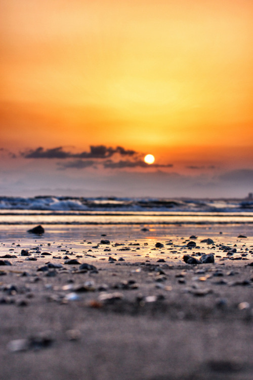 touchdisky:  Sagami Bay, Japan by daggerfield     Buenos días es un atardecer…