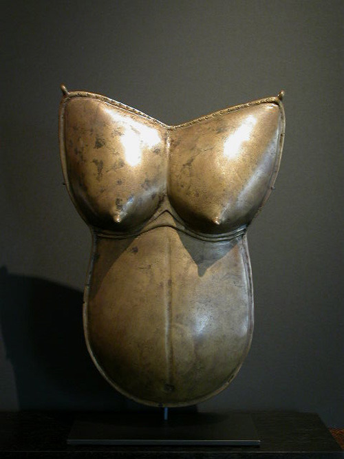ethnoarte:  Female breastplate were used during the Dharmanema a festival in honor of  Bhuta deieties.Casting bronzeTulunadu district, Karnataka, India.XVIII century.H 42 cm.