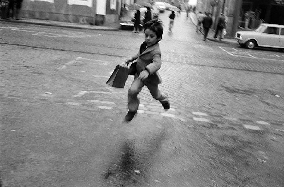 luzfosca:  Josef Koudelka  Lisboa, Portugal, 1975 From Magnum Photos