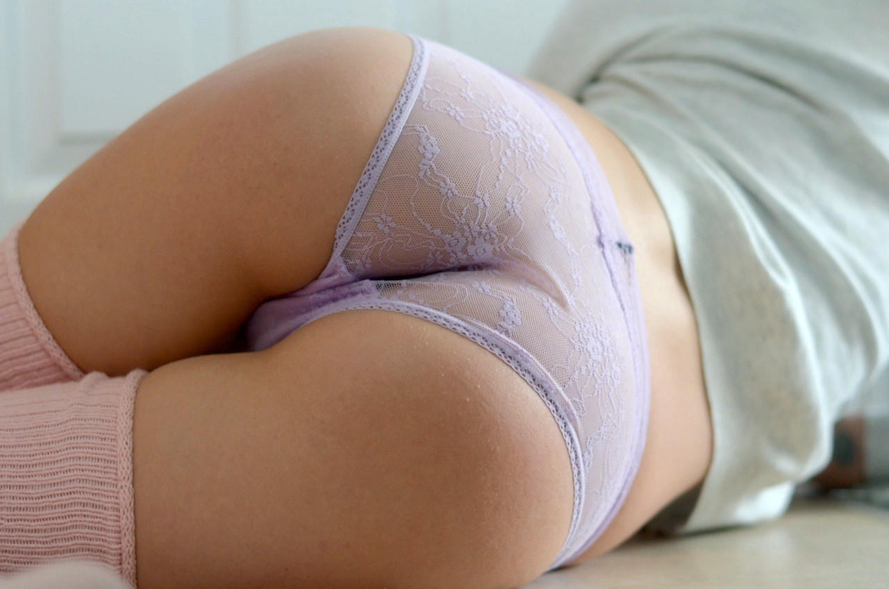 Tight panties cling to her bum …