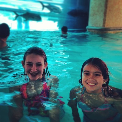 Marissa & Haley found each other at the shark tank pool! #vegas  (at Golden Nugget Shark Slide)
