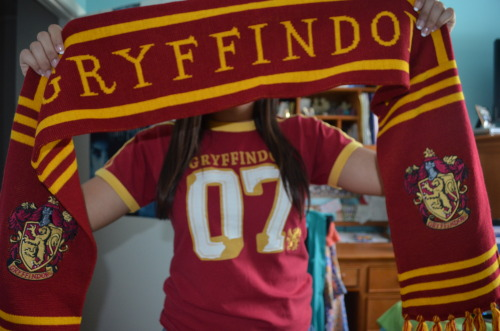 aut0graph:  suprem-3:  theperksofbeingateenager13:  I got a Gryffindor scarf at Grad Bash! So ready for FSU<33  (via TumbleOn)  10 points for Gryffindor*
