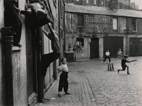 poboh:  Addison Place, North Kensington, London, W11, 1956, Roger Mayne. English, born in 1929.  Via