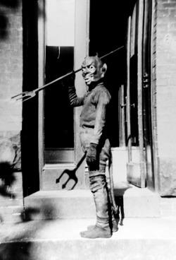 creepy vintage Halloween costumes 1930s 1940s vintage halloween
