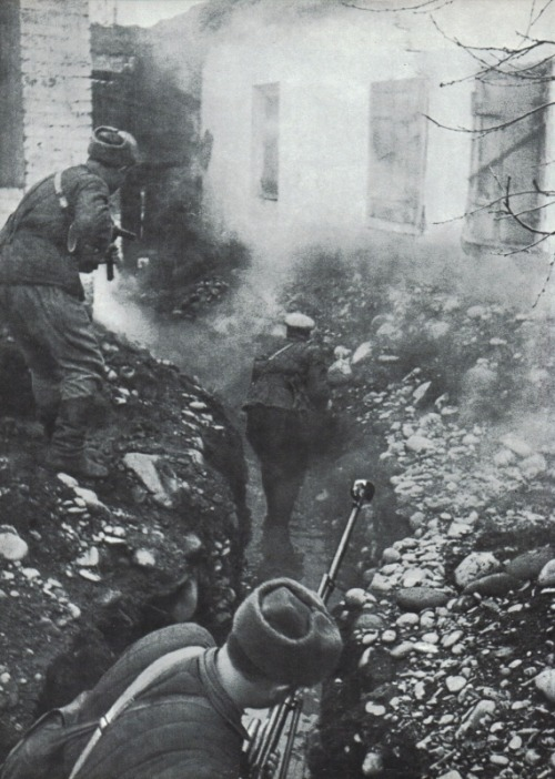 Soviet troops in combat in Gizel, Ossetia, during the Caucasus campaign.