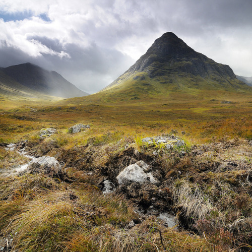 transylvanialand:  Walk around Buachaille Eite Beag by alex melsitov (www.melsitov.com) on Flickr.