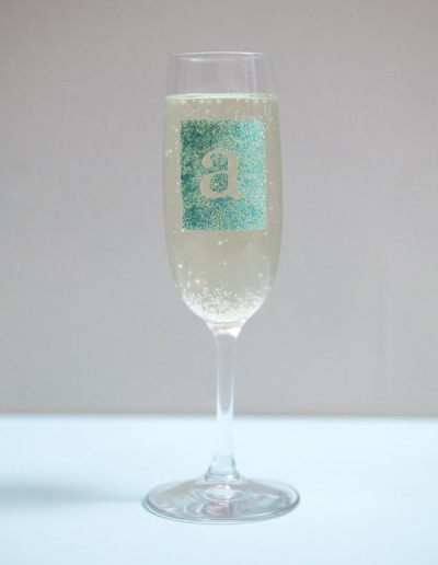 fitandfabliving:  Learn how to make these champagne glasses and more crafts with glitter.