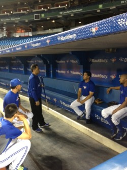 Hall of Famer Roberto Alomar talks bunting with Luis Rivera, Emilio Bonifacio, Munenori Kawasaki and Maicer Izturis
