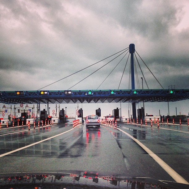 #island #bridge #france #cloud #car #ocean #rain (à Péage Pont de l'ile de Ré)