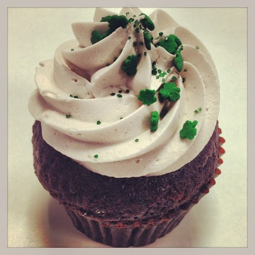 sweetavenuebakeshop:  Irish cream is back! Chocolate cream stout cake filled and topped with Irish cream frosting. #irish #irishcream #whiskey #beer #creamstout #jackdaniels #stpatricksday #luckoftheirish #cupcake #cupcakes #sweetave #sweetavenue #sweetavebakeshop #sweetavenuebakeshop #vegan #vegancake #vegancupcake #vegancupcakes #veganfoodshare (at Sweet Avenue Bake Shop)