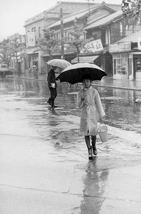 goodmemory:  A rainy day in vintage Japan.
