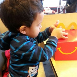 Sebas con su happy meal