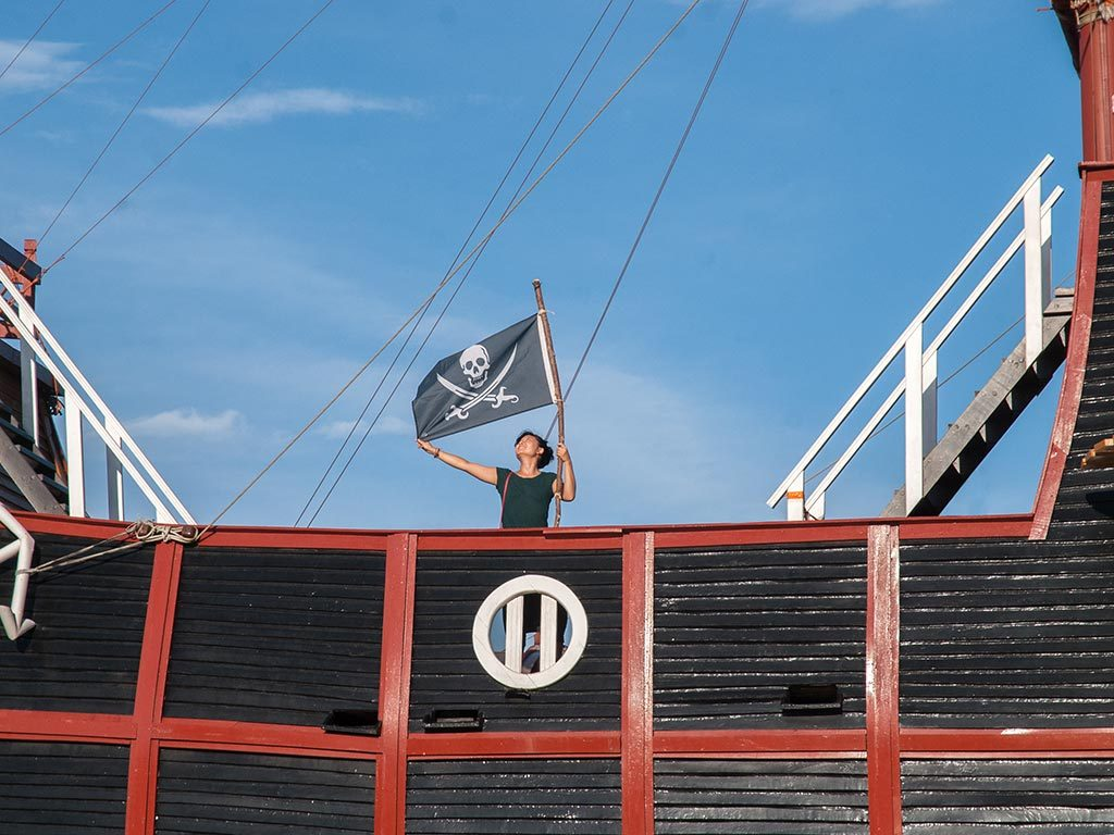 "thepirateflag:  [Ocuupied] pirate boat in Argentinean coast. Pablo Rpjas : ""Ahoy bucko, giving no quarter some big boat was pirated at Argentinean coast!""  Ahoy  Hello! Bucko Familiar term. ""Me bucko"" = ""my friend."" _from pirate dictionary    아르헨티나 해변의 배."