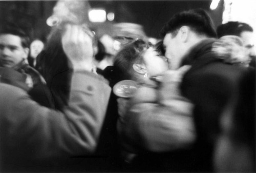farleeamlow:  Saul Leiter [a kiss in a crowd]