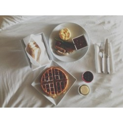 eletheowl:  Breakfast in bed is the best kinda breakfast 🍴 (at Marina Bay Sands Hotel)