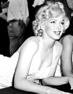 in-lovemarilynmonroe:  Marilyn Monroe at Grauman's Chinese Theatre, 1953.