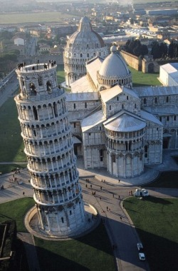 whistl:  blogidle:  Pisa  Everyone goes to see the leaning tower of Pisa and takes photos of that, but look at the beautiful building behind it. Why don't more people photograph that?!