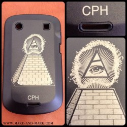 "Coque de protection BlackBerry 9900 ""ILLUMINATI"" par Make & Mark  #makeandmark #laser #lazer #tattoo #tatoo #tatouage #customization #customisation #personnalisation #marquage #gravure #etching #tag #design #accessorize #accessoires #paris #france #blackberry #bold #9900 #illuminati (à Make & Mark - Raspail)"