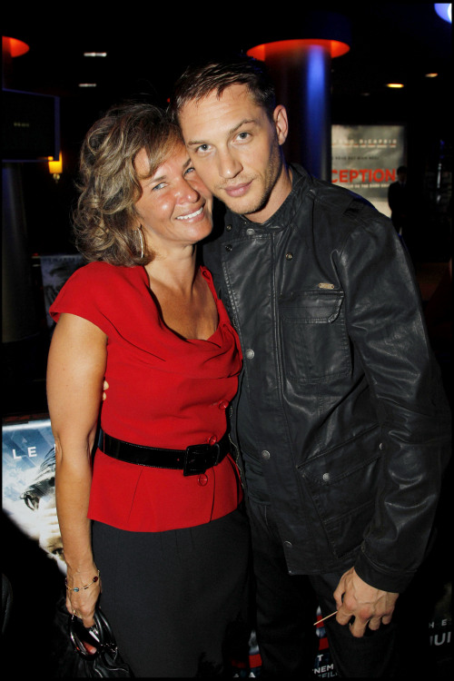 Tom Hardy at the Inception premiere. (I don't know who that woman is…) Many many thanks to accocolle for the HQ photos!