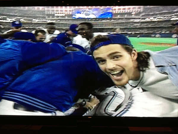 bluejayhunter:  Probably the best World Series photobomb of all time. Courtesy of @RobsonDan