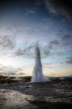 h4ilstorm:  icelandic geyser sunset (by mariusz kluzniak)