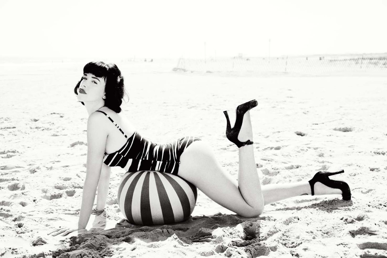 Paz de la Huerta: Babes In Mobland - Vanity Fair by Ellen von Unwerth, September 2010