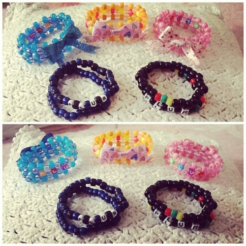 briimariec:  Kandi cuffs and singles for my friends at school and for my friend's @d_melliz cousin ^.^ #kandi #ponybeads #cuffs #singles #plur #peace #love #unity #respect #plurvibes #rasta #girly