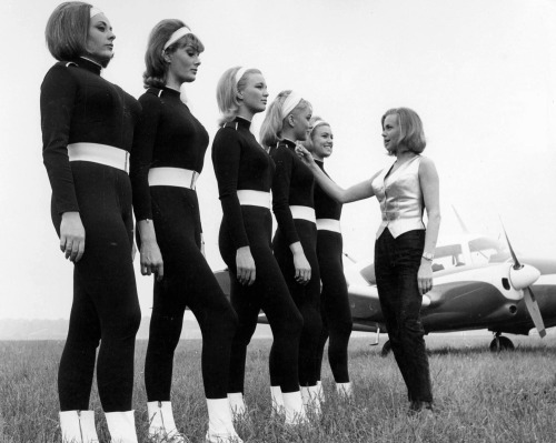 Honor Blackman & Her Girls -  'Goldfinger' - 1964 http://pub.nettavisen.no