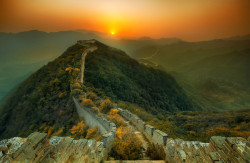 This is taken in the north of China where the original part of the wall has been slowly eaten away by nature. Now you can still walk along the top, but you walk under trees and through bushes on a rugged trail… Via StuckinCustoms