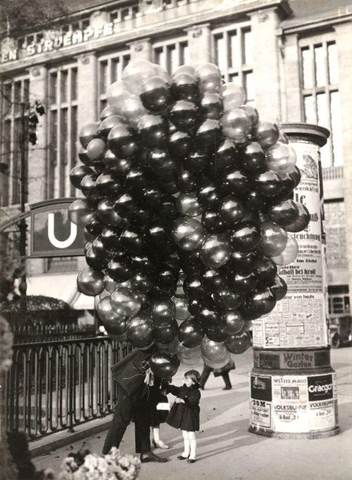 arpeggia:  Friedrich Seidenstücker - Buying a Balloon, Berlin, 1935   Hitler's time still allowed for balloons