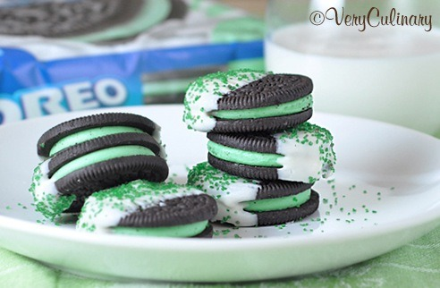 gastrogirl:  chocolate dipped mint oreos for st. patrick's day.