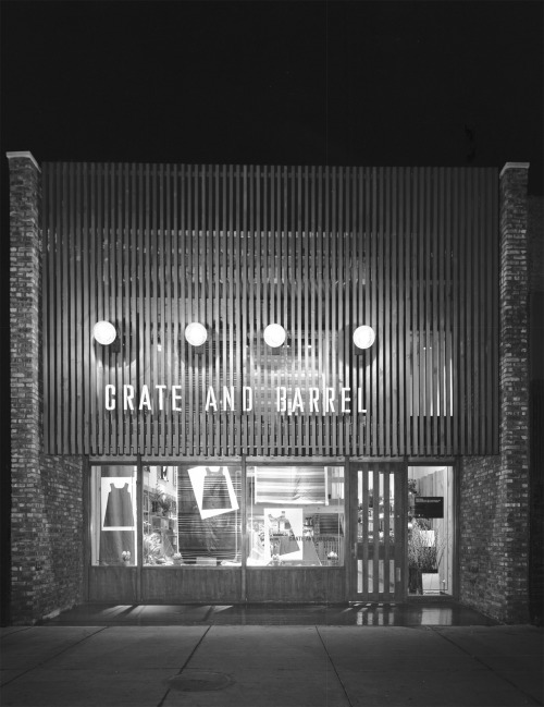 old-chicago:  1968. Crate and Barrel. Wells St.  Went here with my mom when I was a kid — in Old Town