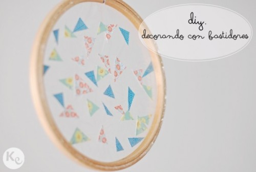 (vía http://akissofcolour.com/2013/03/diy-93-decorando-con-bastidores-embroidery-hoop-decoration/#)