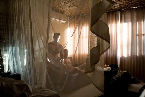 malefig:Male Fig / Hotel Room por Richard Renaldi