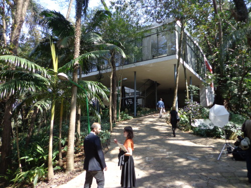 The beautiful Casa de Vidro, a 1951 modernist masterpiece in Morumbi, São Paulo, Brazil. It was the home of the architect Lina Bo Bardi, who also built São Paulo's astonishing MASP art museum, and conjured SESC Pompeia from a former factory. I've written about the Casa de Vidro in our English-language blog at Folha de S.Paulo this week - Concrete and jungle: São Paulo's Glass House.