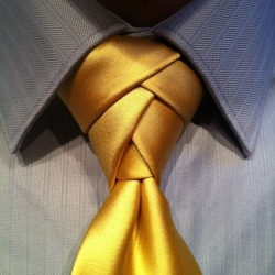 Here is a detailed tutorial on how to tie the exotic and attention-grabbing Eldredge neck tie knot.