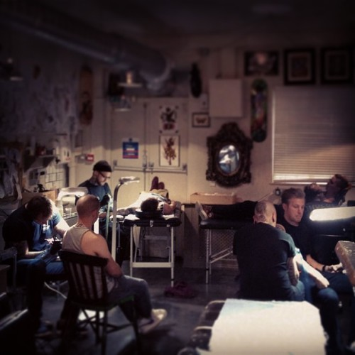 Masters at work #tattooing @blackhandtattoo @evenmoreblack @dawidgaura @jethrowood at #thecirclelondon  (at The Circle Tattoo)