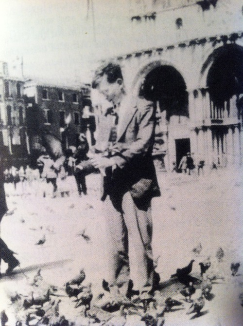 Beckett feeding pigeons in Venice!!