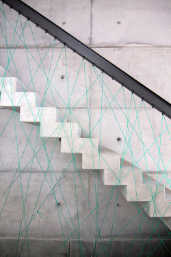 lazyteen:  MO Architekten, concrete stairs with cord crisscrossing to form the sides of the railing.