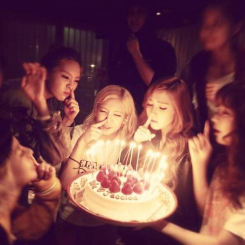 starfaire:  Blowing the candles Soshi style ♥
