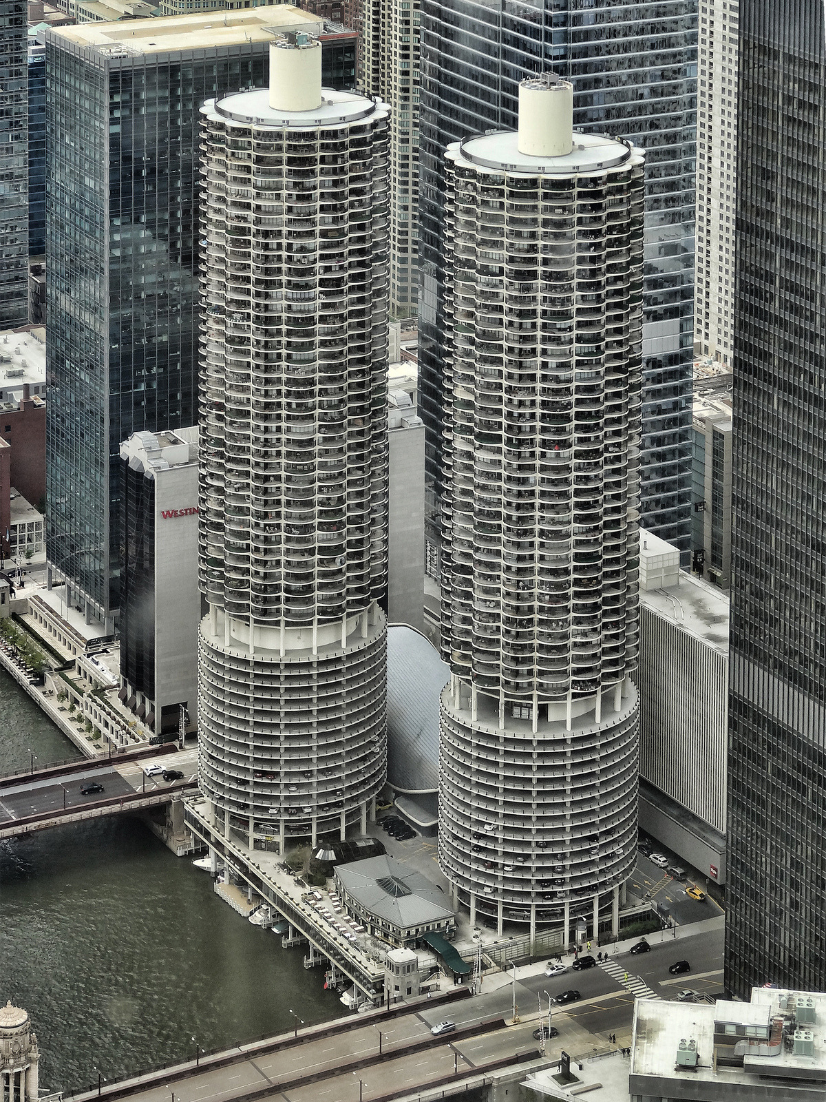 hiromitsu:  Marina City by Atelier Teee on Flickr.