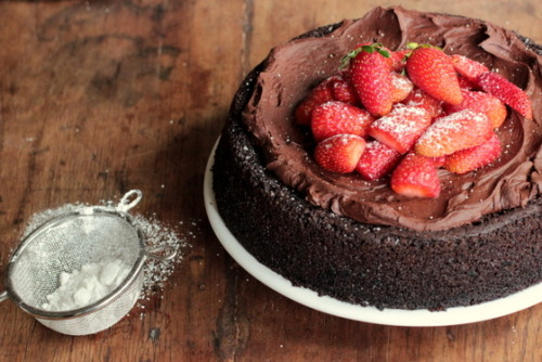 gastrogirl:  vegan chocolate strawberry mousse cake.