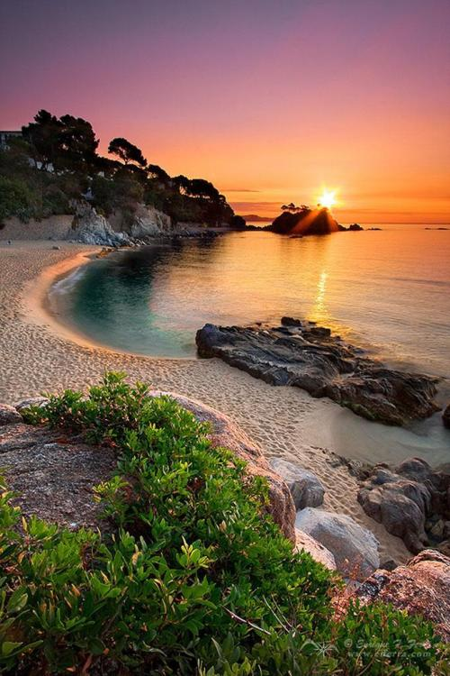living-planet:  Platja D'Aro, Girona, Spain [680x1021]http://living-planet.tumblr.com/