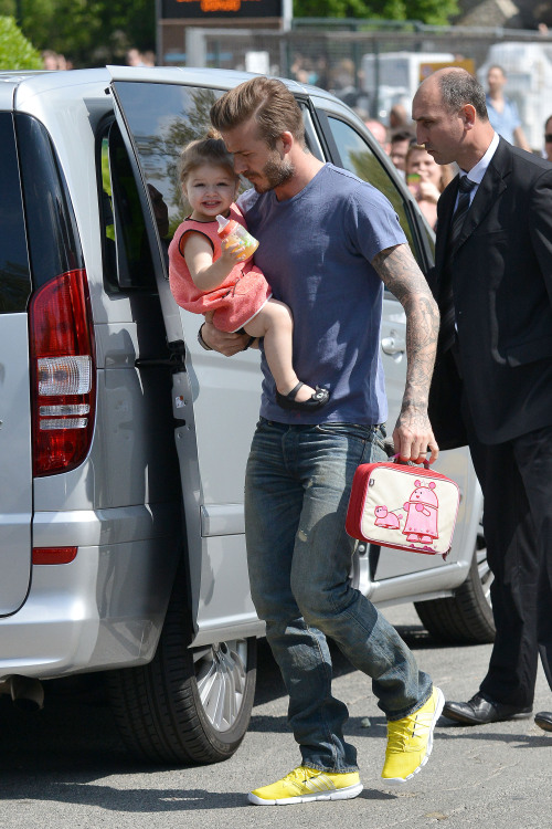 Harper Beckham's lunchbox is so last season, and so is smiling at the paparazzi. Get with it, Harper — it's all about scowling now.