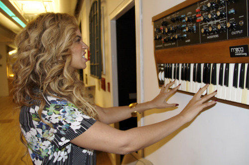 internalquest:  Beyonce + MiniMoog