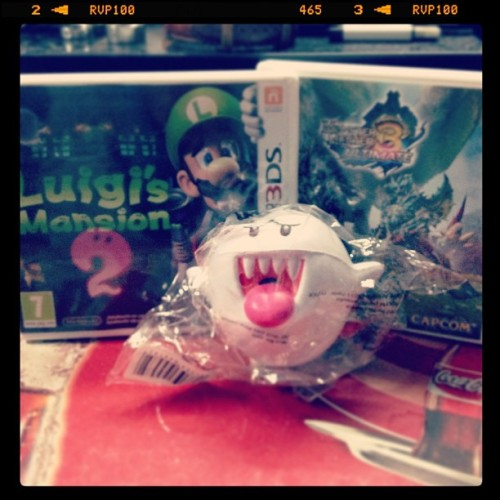 Ok i did it….! Luigi mansion came with a anti-stress ball (the middle one) and MH3 a tshirt!!