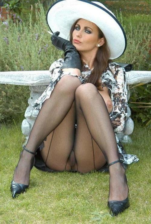 Elegant lady showing off her #pantyhose #tights #collants outside