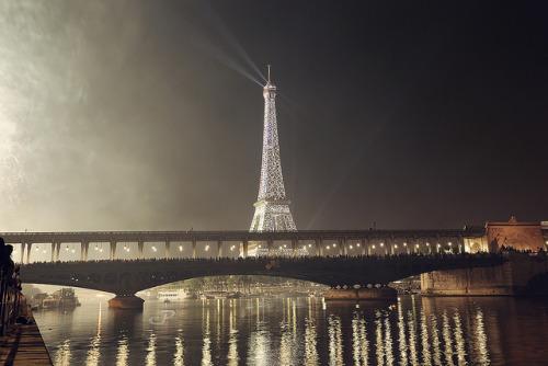 CAP_1963 Bir-Hakeim bridge, Paris firework 2013
