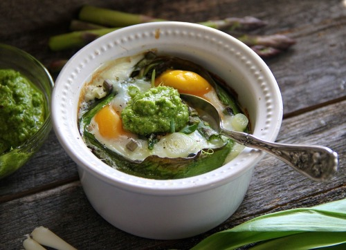 gastrogirl:  baked eggs with asparagus and ramps.